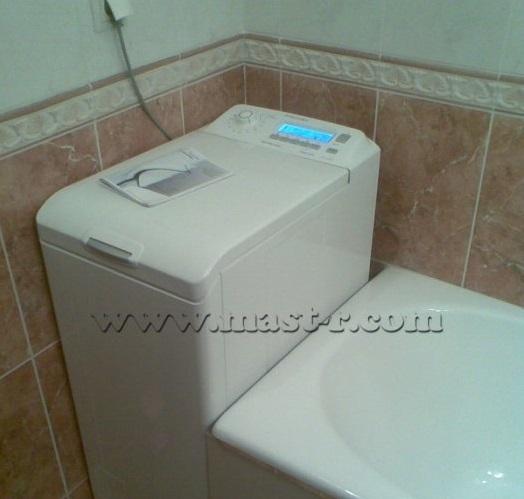 Стиральная машина установлена рядом с ванной