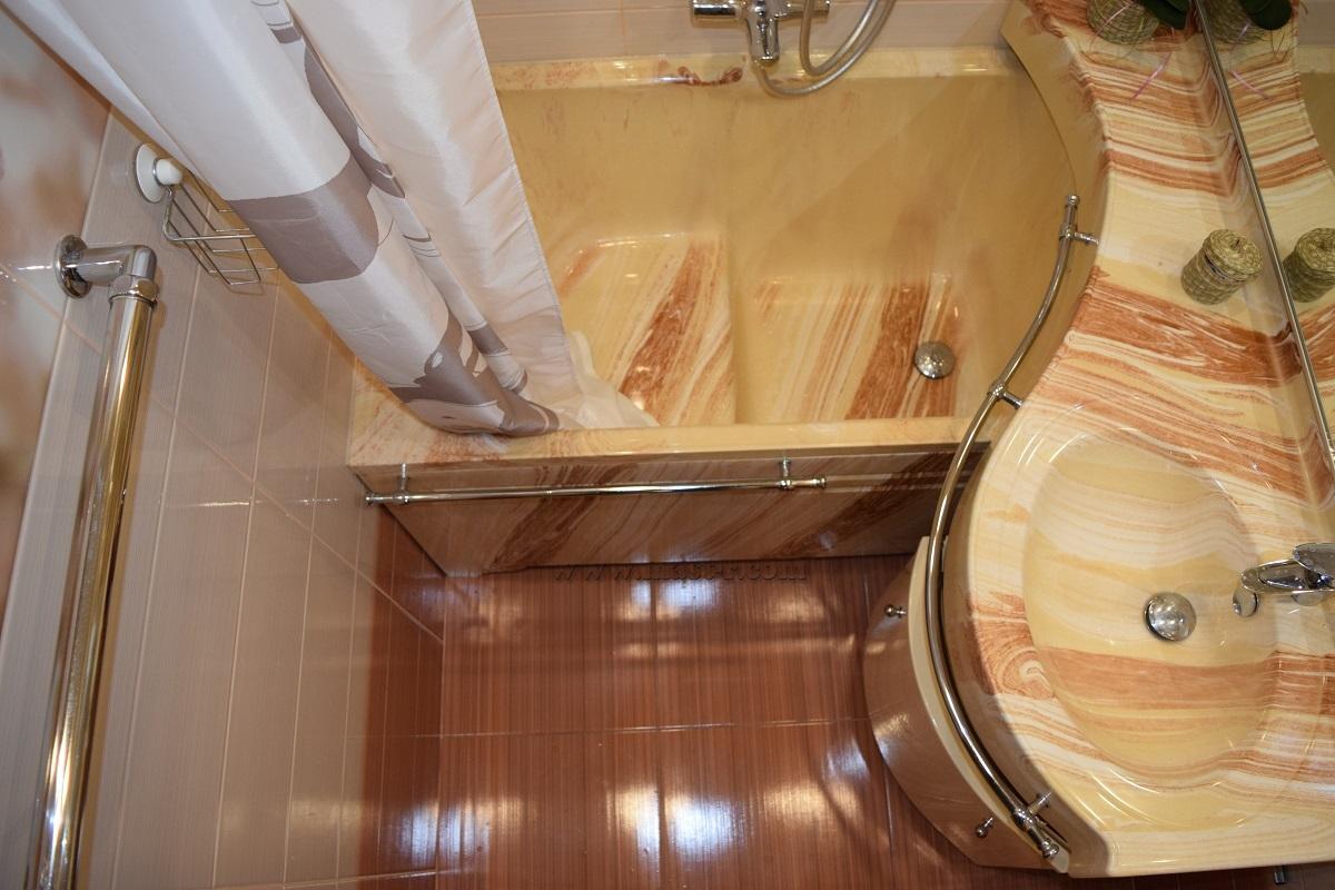 Подвесная раковина в маленькой ванной комнате.
