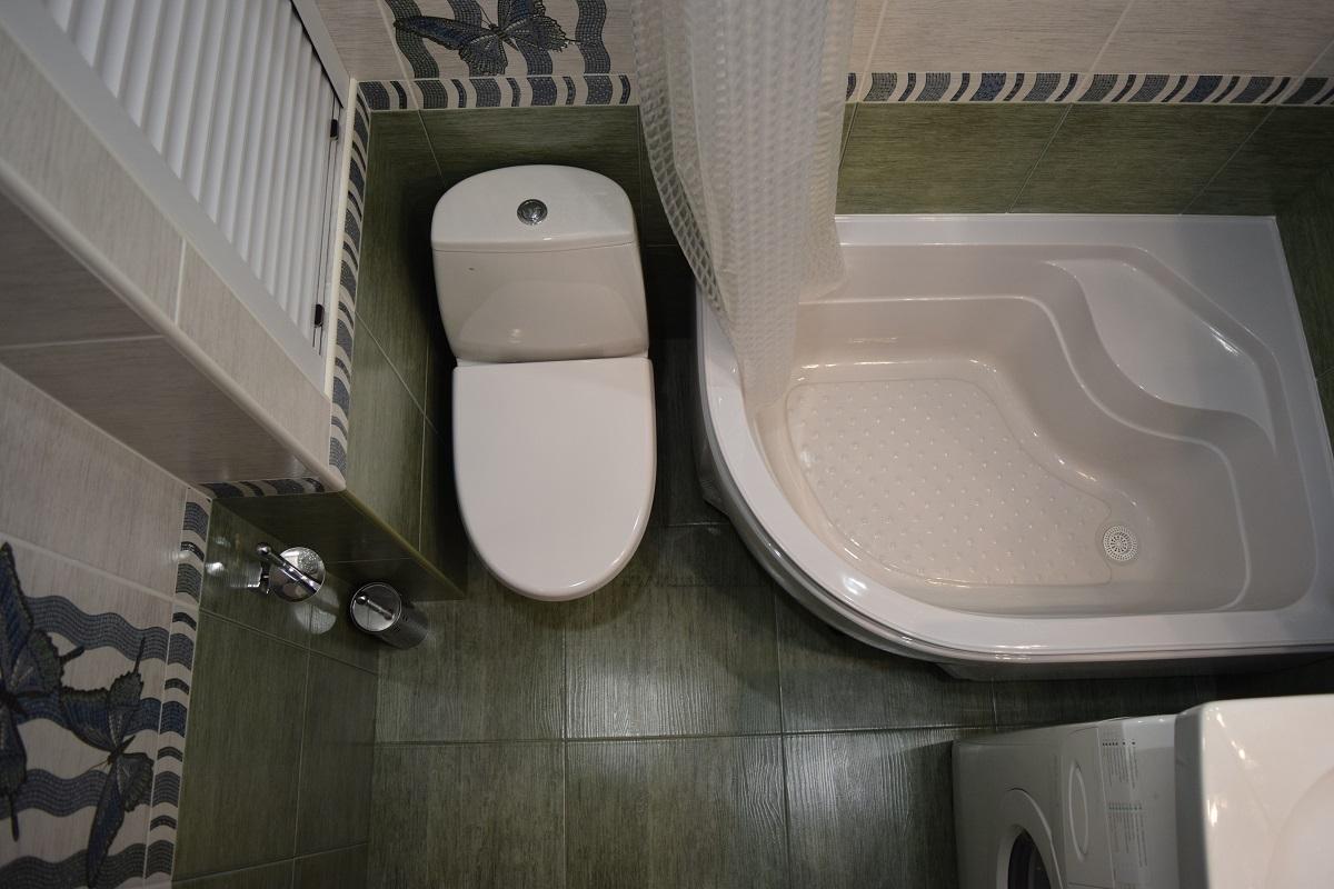 Угловая ванна в совмещённом санузле.