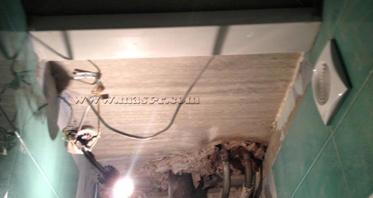 Вентиляционный плоский короб проходит из вентиляционной шахты в ванную комнату